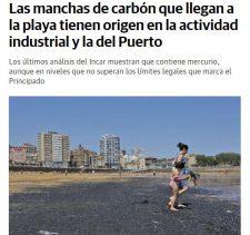Las manchas de carbón que llegan a la playa tienen origen en la actividad industrial y la del Puerto